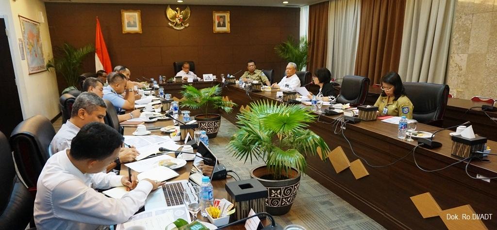 Suasana Rapat Kajian mengenai Memperkuat Pertahanan Negara untuk Menghadapi Ancaman Nonmiliter dalam rangka Memperkokoh NKRI, yang dipimpin oleh Anggota Wantimpres, Letjen TNI (Purn) M. Yusuf Kartanegara, di Jakarta (24/07)