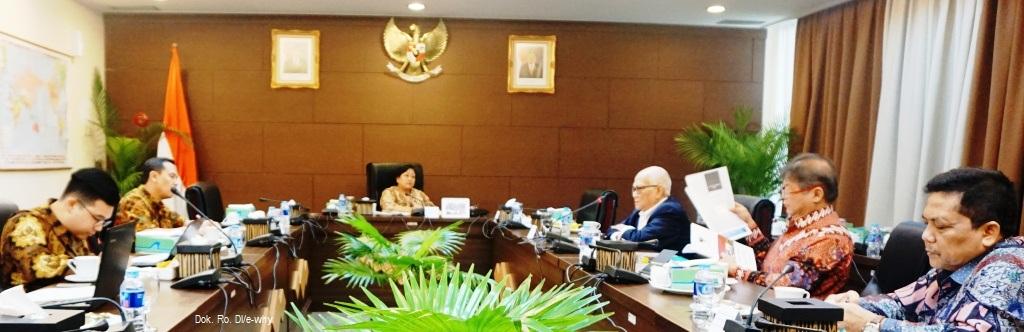 """Prof. Sri Adiningsih, Ketua Dewan Pertimbangan Presiden saat memimpin pertemuan terbatas tentang """"Masalah dan Tantangan APBN dalam Pembangunan Berkelanjutan"""" (17/07)"""