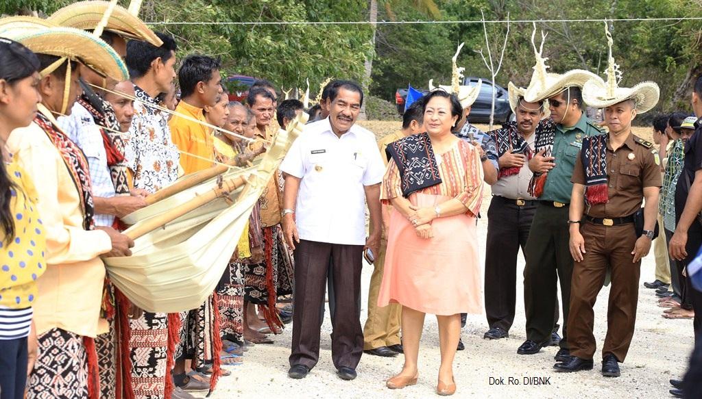 Prof. Sri Adiningsih, Ketua WANTIMPRES bersama dengan Bupati Rote Ndao, Leonard Haning dalam kunjungan kerja ke Desa Landu Leko, Kabupaten Rote Ndao  (12 /06)